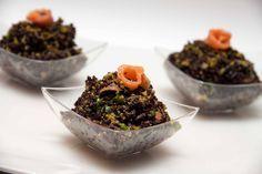 Il Riso venere pesto di pistacchio e salmone affumicato è un piatto molto delicato e raffinato perfetto come finger food per un aperitivo particolare .