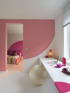 Laat je blik leiden naar de slaapkamer door een halve cirkel in 'Astro' op de muur te schilderen. En laat de halve cirkel terugkomen op de muur in de slaapkamer in de kleur 'Explosie' voor een warm en levendig effect. Het 'Transparant' op de muren en plafonds ademt sereniteit en een fris, licht gevoel uit. Kleurgebruik: Explosie, Astro en Transparant (collectie: Fluo Fantasy).