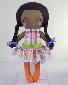Boneca de Pano Negra Brinca e Sonha com Tranças.    Produzida artesanalmente.    Cores do cabelo e dos tecidos das roupinhas podem ser personalizados.    Modelagem padrão norte americano.    Aproximadamente 42 cm de altura.    Detalhes do rostinho bordados à mão.    Tecidos que compõem a boneca: algodão e feltro.    Enchimento em fibra antialérgica.    pattern Dolls And Day Dreams. R$ 65,00