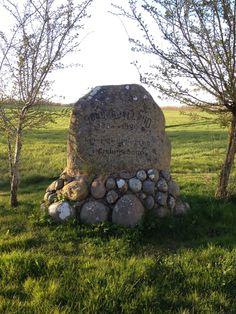 Foto Gislum April 2016. I vinteren 1921 blev genforeningsstenen i Gislum rejst uden nogen særlig afsløringsfest, da årstiden ikke indbød til friluftsfest. Efter forslag af pastor A. Sunde, Gislum blev den rejst. Ved den tidligere smedjes ager lå der engang et sløjfet dige, hvori der havde siddet en sten, som var for stor til at blive flyttet og blev  nedgravet. Sognets ældste beboere kunne i 1920 erindre denne tildragelse. Den blev fundet, udgravet og ført til opstillingsstedet.
