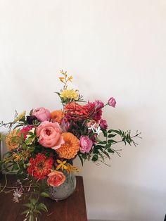 / f l o r i s t a by Claudia Lapeña //garden roses peach coral orange yellow zinnia jasmine vine lisianthus dahlias wild natural wedding bouquet bright colorful fun ranunculus