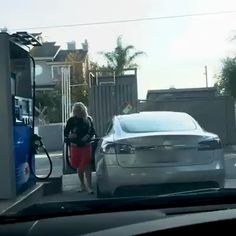She's trying to put gas in her Tesla - Funny Meme's and Pictures - Babycan Funny Prank Videos, Funny Videos For Kids, Best Funny Videos, Funny Short Videos, Best Funny Pictures, Funny Photos, Humor Videos, Funny As Hell, Stupid Funny
