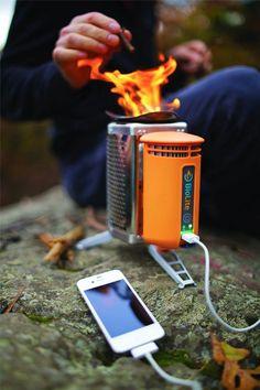 L'énergie est tout autour de nous - tout ce qu'il faut ce sont les bons outils pour en faire usage. Les produits BioLite offrent un moyen propre de cuisinier et un accès à l'électricité, en n'utilisant rien d'autre que du bois. Avec le réchaud CampStove convertissez la chaleur de votre feu en électricité, grâce à la technologie thermoélectrique BioLite.