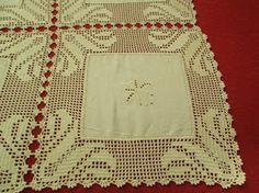 Amigas, depois de algum tempo sem dar noticias deixo-vos uma toalhinha emcrochéfeita   com quadrados de pano bordado. Linhabeijenº12. ...