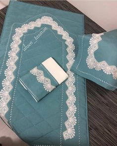 Fotoğraf açıklaması yok. Muslim Prayer Mat, Prayer Rug, Wedding Gift Wrapping, Crochet Curtains, Techniques Couture, Handmade Table, Ramadan Decorations, Baby Knitting Patterns, Diy And Crafts