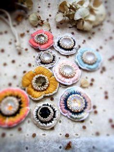 ビーズ刺繍で作った お花のモチーフです。  真ん中はペヨーテステッチを応用し、 花びらはサテンステッチで ちくちく。     4月...