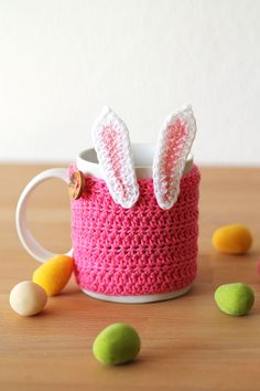 http://haakmaarraak.nl/free-crochet-pattern-easter-bunny-mug-cozy/; The free crochet pattern for the easter bunny mug cozy is now available on haakmaarraak.nl!