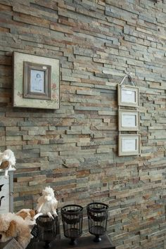 Stone panels aan wand in woonkamer