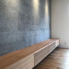 お引渡し直前のお家を確認。  造作のTVボードです!!背面はKMEWの新商品です^ ^セメント(白華)にコーヒー豆を混ぜて風合いのあるサイディングです!とてもオススメ!!  #グランハウス#岐阜#設計事務所#白華#家づくり  #室内サイディング#サイディング#アクセントタイル  #室内タイル#kmew#solido#内装ボード#間取り  #造作家具#造作テレビ台#tvボード#テレビ台  #間接照明#アクセントクロスグレー #インテリア  #無垢の床#オーク材#タモ材#造作#注文住宅