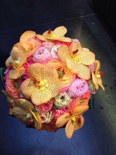 Prachtige kleuren in dit bloemstuk met orchideeën. www.youngamadeus.be