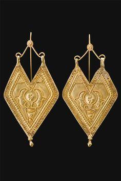 Gold filigree 'Panddi' earrings, Gujarat, Saurashtra. India, first half 1900s: