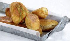 Νόστιμη, παραδοσιακή εύκολη ζύμη για πιροσκί με γέμιση από το αγαπημένο μας τυρί! Μπορείτε να χρησιμοποίησετε αντί για φέτα όποιο τυρί θέλετε. Pretzel Bites, Feta, Pizza, Bread, Recipes, Brot, Baking, Breads