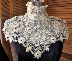 Irish crochet lace collar: I can't find the original owner of this image. If this is yours please let me know so I can credit you. Crochet Russe, Mode Crochet, Crochet Collar, Lace Collar, High Collar, Needle Lace, Bobbin Lace, Antique Lace, Vintage Lace