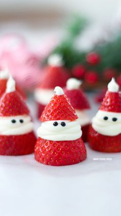 christmas food Strawberry Santas for Christmas! ADORABLE Christmas treat idea recipe that is delicious, so easy to make, and great for a Christmas party. Easy Christmas Treats, Christmas Party Food, Xmas Food, Christmas Breakfast, Christmas Cooking, Simple Christmas, Holiday Treats, Christmas Christmas, Christmas Lunch Ideas