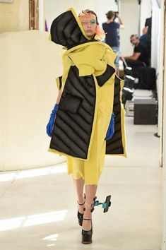 Fashion Week Paris Fall/Winter 2018 look 2 from the Maison Margiela collection couture Couture Fashion, Runway Fashion, Fashion Show, Womens Fashion, Fashion Design, John Galliano, Tabi Shoes, Pump Shoes, Women's Shoes