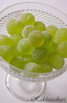 Kakkutaikuri: Kotitekoiset vihreät kuulat Fruit Recipes, Candy Recipes, Sweet Recipes, Recipies, Homemade Sweets, Homemade Candies, Fudge, Sweet Little Things, Recipes From Heaven
