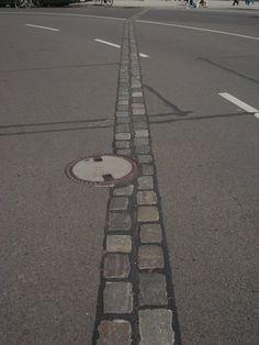 Fotografía: Karla Gonzalez  Ciudad: Berlín - División del Muro Bratislava, Sidewalk, Salzburg, Medieval Town, Prague, Germany, Vacations, Islands, Cities