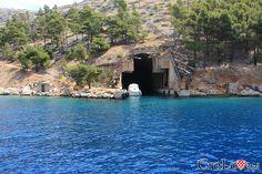 Schron dla statków i łodzi podwodnych || #Croatia #Chorwacja #Hrvatska #Island #CroatianIslands #Brac #Omis || http://crolove.pl/rejs-statkiem-wokol-wyspy-brac