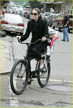 Celebrities on Bikes Brad Pitt and Angelina Jolie is doing it. - They even share bike? Angelina Jolie Style, Brad Pitt And Angelina Jolie, Jolie Pitt, Shiloh Jolie, Cycle Chic, Bicicletas Raleigh, Child Bike Seat, Bicycle Girl, Bicycle Race
