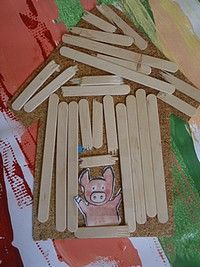 3 ptt cochons. maison de bois Pig Crafts, Craft Stick Crafts, Book Crafts, 3 Little Pigs Activities, Fairy Tale Activities, Preschool Art, Preschool Activities, Fairy Tale Crafts, Traditional Stories
