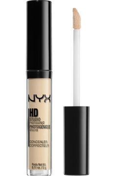 Mit Mineralien angereichert: Der NYX Professional Makeup Concealer Wand Light 03 verschleiert Unregelmäßigkeiten, Verfärbungen und Augenringe, ohne jemals...