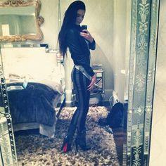 These jeans are HAWWWTTT! Motel Rocks Jordan Jean - as seen on Kendall Jenner. Kendall Jenner Bedroom, Kylie Jenner Blog, Kendall Jenner Pics, Kendall Jenner Instagram, Kardashian Jenner, Kyle Jenner, Kardashian Fashion, Bedroom Red, Bedroom Decor