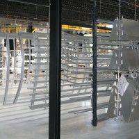 Alu-Coating ontwikkelde een eigen ophangsysteem zodat de stukken in de beste omstandigheden worden gemoffeld.
