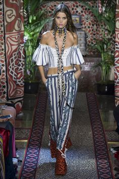 See all the Collection photos from Roberto Cavalli Spring/Summer 2017 Ready-To-Wear now on British Vogue Fashion Week, Fashion 2017, World Of Fashion, Runway Fashion, Boho Fashion, High Fashion, Fashion Show, Fashion Design, Milan Fashion