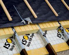 dachdecker bringen d mmung auf dach an arbeit der gr ner bedachungen und ger stbau gmbh in. Black Bedroom Furniture Sets. Home Design Ideas