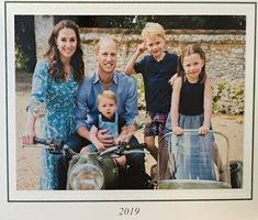 I can't believe how grown up the Cambridge family looks in the Royal family Christmas card! Love the matching casual outfits William & Kate chose for their little ones in royal blue. See more adorable photos of George, Princess Charlotte and Louis. Duke William, Prince William Family, William Kate, Royal Family Christmas, Family Christmas Cards, Christmas 2019, Princess Kate, Princess Charlotte, Elizabeth Ii