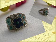 Anillo de Acero con diseño de flores y Zircones de gran calidad. Gemstone Rings, Gemstones, Jewelry, Flower Designs, Steel, Jewels, Accessories, Jewlery, Gems