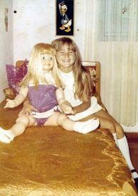 Xuxa aos 6 anos ao lado de boneca