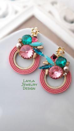 Soutache earrings by Layla Jewelry en 2020 Diy Clay Earrings, Jewelry Design Earrings, Soutache Earrings, Polymer Clay Jewelry, Earrings Handmade, Fashion Earrings, Fabric Jewelry, Metal Jewelry, Beaded Jewelry