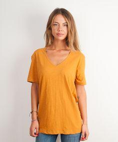 Ik ben een diep v hals T-shirt met korte mouw en heb een medium fit.Mijn stof noemen ze ook wel slub omdat er een klein linnen gevoel aan zit. Omdat ik van goede kwaliteit ben, heb je lekker lang plezier van me!