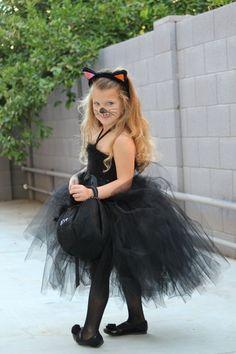 kleines Mädchen als Kätzchen mit Tutu verkleiden