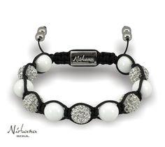 Ein schönes Armband für die Frauen, die Perlenschmuck gern tragen. Die schillernden Himalaja Kristalle und die weißen Korallen strahlen Luxus und Eleganz aus. Beaded Bracelets, Jewelry, Design, Fashion, Pearl Jewelry, Crystals, Luxury, Wristlets, Wedding
