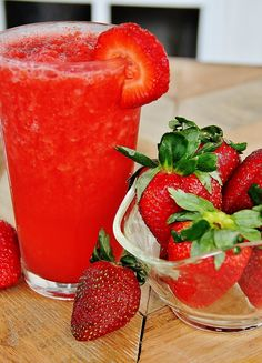 Skinny Strawberry Smoothie....easy, low-calorie and only two ingredients --blend frozen strawberries and 1 c crystal light strawberry lemonade!