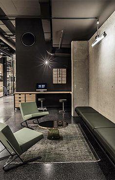 Ensemble de fauteuils SATYR avec la table basse BELL de ClassiCon, dans cette boutique à Munich.  #boutique #design #architecture #tablebasse #fauteuil #classicon #dharma
