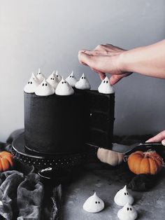 Spicy Mexican Chocolate Cake With Chocolate Buttercream & Ghost Meringues – The Buttery Whisk Halloween Desserts, Bolo Halloween, Holidays Halloween, Halloween Treats, Happy Halloween, Halloween Decorations, Halloween Party, Halloween Chocolate Cake, Classy Halloween