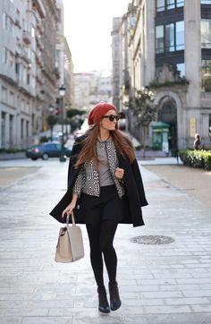 """Com o Inverno chegando, começam a aparecer mais dúvidas para nos esquentar com estilo! A Dúvida da Leitora dessa semana é sobre Meia-Calça (obrigada Janaina) """"Tenho muitas dúvidas sobre uso de meia-calça… As possibilidades das cores me deixam um pouco confusa…"""" Aposto que esta é uma dúvida de grande parte das mulheres! QUANDO USAR: As …"""