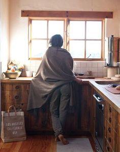 家族の笑顔を作る場所、キッチン。 そんな大切な空間は、居心地の良い場所でありたいですよね。 ふとキッチンから外を眺める、そんな時間もリラックスできたらうれしいですね。