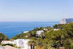 Villa Begonia Ibiza is een luxe 3 slaapkamer vakantievilla met een hedendaagse stijl met een panoramisch uitzicht op de zuidkust van Ibiza.