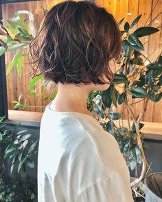 短めボブでさっぱり☆クール&ピュアがミックスされたヘアスタイル特集! | folk (2ページ) Short Hairstyles For Thick Hair, Layered Bob Hairstyles, Very Short Hair, Short Wavy Hair, Short Hair Styles Easy, Short Bob Haircuts, Braids For Short Hair, Brown Ombre Hair, Shot Hair Styles