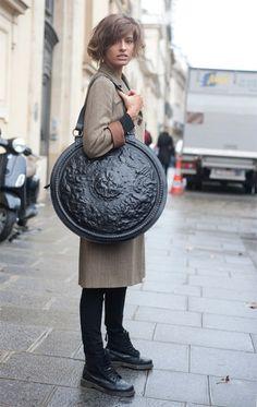 Look Fashion, Fashion Bags, Womens Fashion, Fashion Details, Mode Lookbook, Look Street Style, Round Bag, Unique Bags, Big Bags