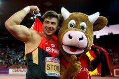 Angeführt von Fahnenträger Timo Boll lief die deutsche Olympia-Mannschaft bei der Eröffnungsfeier ein. Das Outfit der Deutschen kam allerdings gar nicht gut an. Die Reaktionen aus dem Netz.