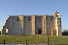 Perfil de la iglesia estilo medieval, con contrafueres y en cantera blanca