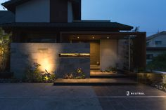 プラスGで建物と敷地のバランスを最適化したエクステリア施工例 Japanese Modern House, Modern Tropical House, Tropical Houses, Courtyard House, Facade House, Fasade Design, Modern Fence Design, Entrance Lighting, Apartment Entrance