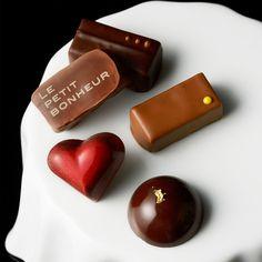 長方形のボンボンショコラと型抜きのショコラが入ったセット。【バレンタインデー届け専用】ボンボンショコラ詰め合わせ(中)