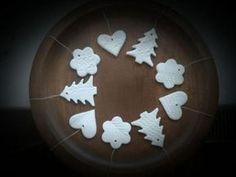 Postup na vianočné ozdoby na stromček zo studeného porcelánu - foto postup Christmas Diy, Merry Christmas, Christmas Decorations, Christmas Ornaments, Dyi, Snow Globes, Diy And Crafts, Homemade, Creative