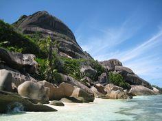 """Die Seychellen – ein kleines Paradies mitten im Indischen Ozean: eine einzigartige Unterwasserwelt, die zum Schnorcheln und Tauchen verlockt, feinsandige Strände, die zur Erholung dienen und beeindruckende Granitfelsen und grüne Tropenwälder, die zum Wandern einladen. Auf der 13-tägigen Reise """"Trauminseln"""" von Karawane Reisen erlebt man einerseits die Schönheit dieser Inseln und hat andererseits die Möglichkeit sich in den Spas der Unterkünfte von Kopf bis Fuß verwöhnen zu lassen."""